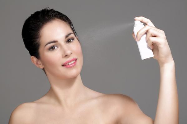 Sau khi phủ phấn, xịt khoáng nhẹ để bổ sung độ ẩm một lần nữa cho da, đồng thời giúp giữ lớp trang điểm bền hơn.