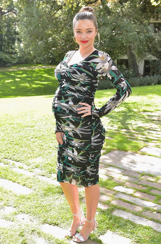 Người đẹp khoe bụng bầu trong sân biệt thự của nhà thiết kế Diane Von Furstenberg.