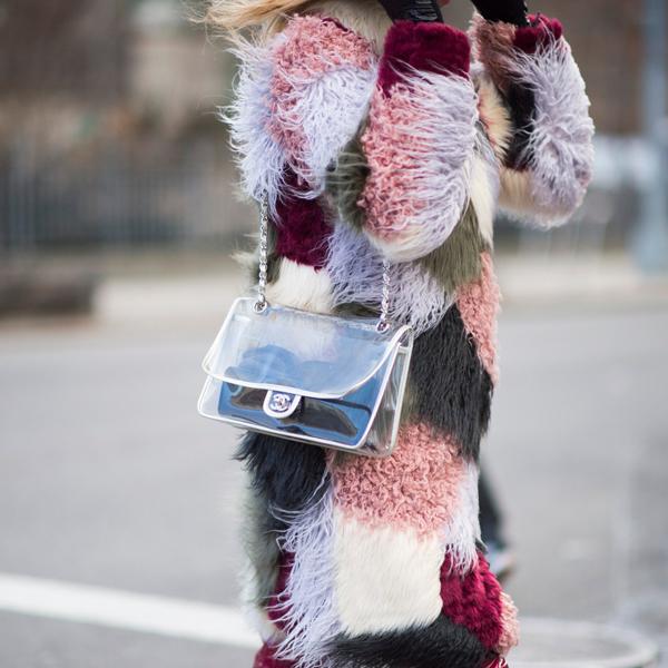 Những kiểu túi đeo chéo xinh xắn làm bằng chất liệu nhựa công nghiệp được các tín đồ thời trang sử dụng để mix cùng trang phục màu sắc rực rỡ.