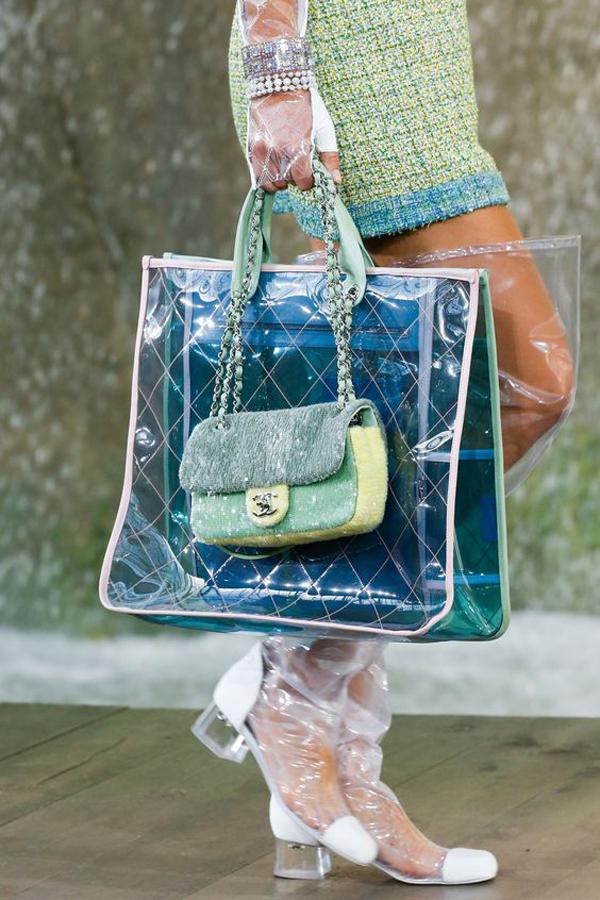 Ngay mùa thời trang 2017, Chanel đã sử dụng chất liệu trong suốt để tạo điểm nhấn cho các kiểu mũ rộng vành, túi đeo chéo, túi xách tay.