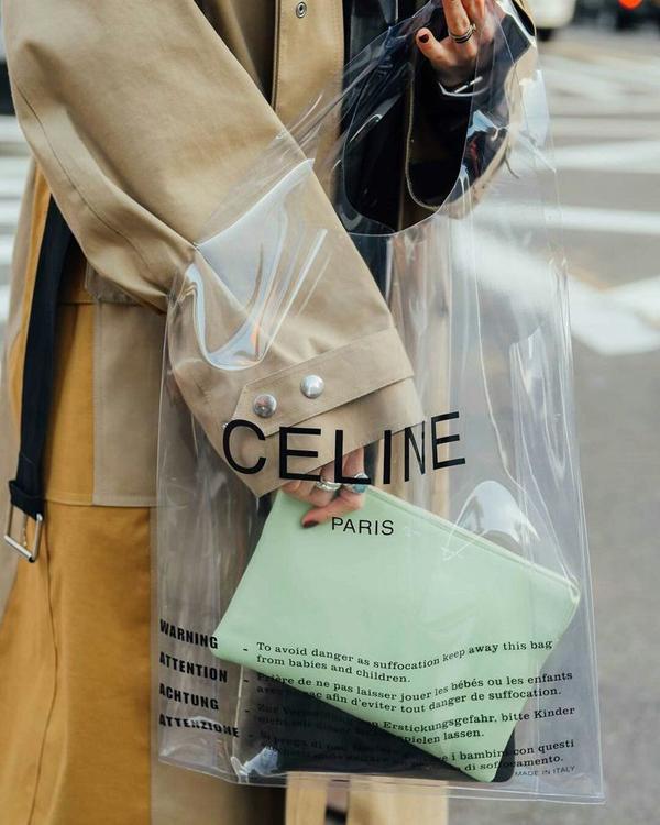 Nổi bật trong xu hướng phụ kiện hot đầu năm 2018 còn có dòng túi nhựa của thương hiệu Celine, một trong những sản phẩm có khả năng phủ sóng khá lớn tại các tuần lễ thời trang vừa qua.