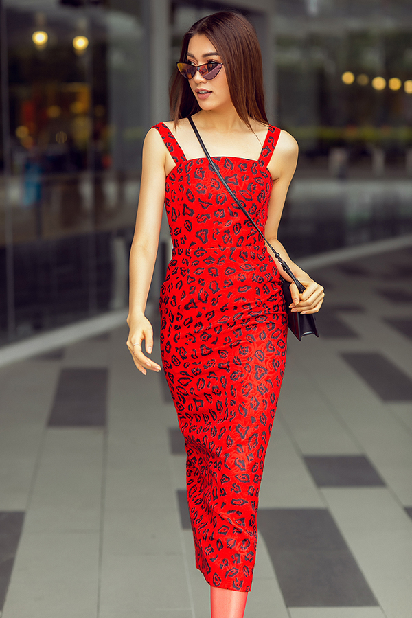 Từ hình ảnh điệu đà, cổ điển, Lệ Hằng chuyển dần sang phong cách gợi cảm của phái đẹp hiện đại. Phom váy cocktail với hoạ tiết da báo giúp cô khoe khéo được 3 vòng cân đối, quyến rũ.
