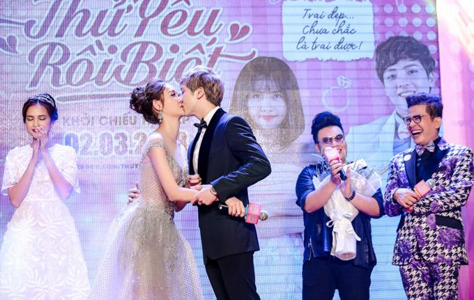 Kent Phạm bất ngờ thực hiện lại màn khóa môi Trương Mỹ Nhân tại sự kiện.