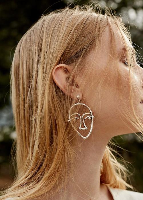 Không cần sử dụng quá nhiều món trang sức như vòng cổ, vòng tay, nhẫn... các fashionista vẫn có thể thu hút mọi ánh nhìn nhờ chiếc hoa tai kiểu dáng không đụng hàng.