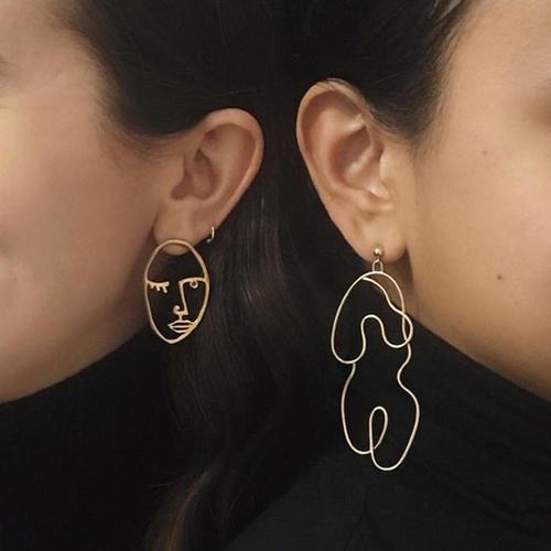 Hoa tai mặt người với các thiết kế độc đáo, in đậm dấu ấn nghệ sĩ đã mang tới sức hút mới mẻ cho xu hướng phụ kiện 2018.