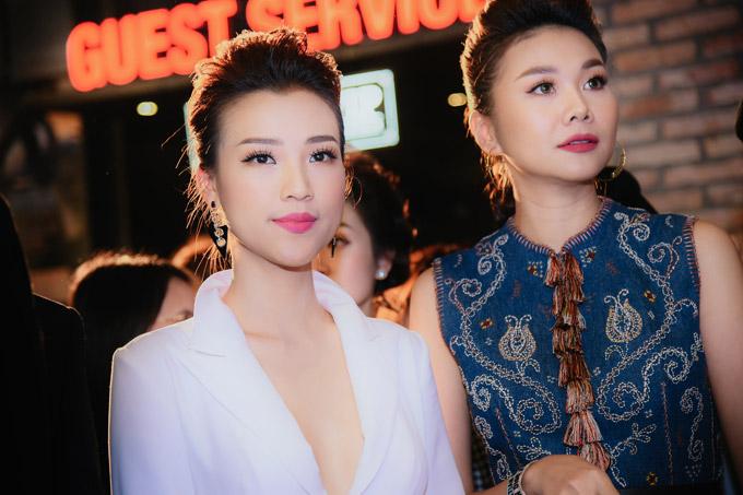 Trong Tháng năm rực rỡ, Hoàng Oanh và Thanh Hằng cùng đảm nhận vai Dung đại ca thời trẻ và lúc trưởng thành. Siêu mẫu tiết lộ, đàn em đã phải tham khảo giọng nói, phong tháimạnh mẽ của cô trước khi hóa thân vào nhân vật có tính cách hơi menly.