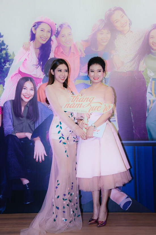 Ca sĩ Khổng Tú Quỳnh và phiên bản trưởng thành NSƯT Mỹ Uyên. Cả hai cùng mặc váy hồng nhạt ton sur ton.