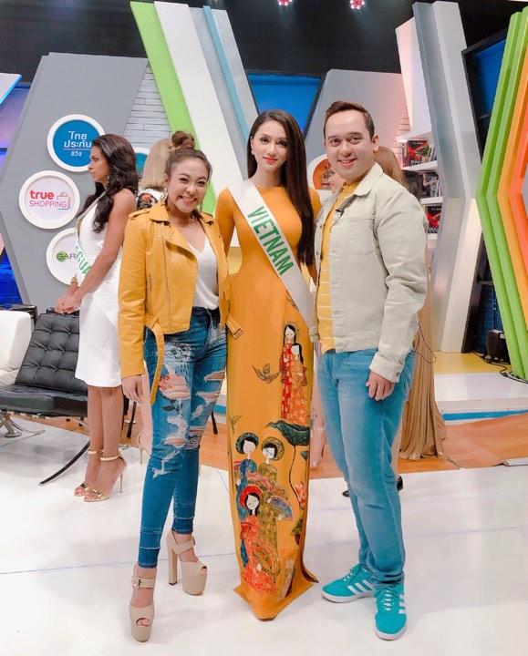 Đây là chiếc áo dài do nhà thiết kế Đinh Văn Thơ thực hiện. Ca sĩ Đàm Vĩnh Hưng đã làm cầu nối để Hương Giang có cơ hội diện bộ trang phục của nhà thiết kế này.