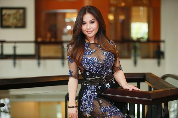 Nữ ca sĩ khoe ngực đầy lấp ló sau lớp voan mỏng, luôn tươi cười và hòa nhã với tất cả mọi người.Minh Tuyết là một trong những nữ ca sĩ Việt Nam được yêu thích nhất tại thị trường hải ngoại. Cô là em út của ca sĩ Cẩm Ly và Hà Phương.Những năm gần đây, cô thường xuyên về nướcbiểu diễn.