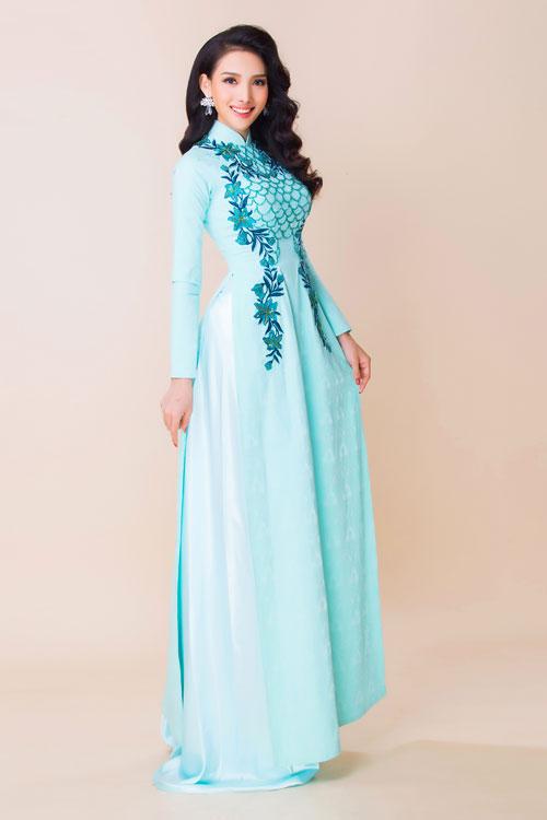Áo dài lụa thêu trở lại là hot trend trong 1-2 mùa cưới gần đây. Cô dâu bị thu hút bởi sự cầu kỳ, tỉ mỉ trong từng đường kim, mũi chỉ.