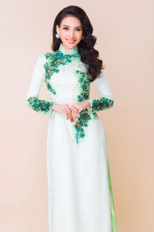 Những chiếc áo dài thêu hình cánh bướm, hoa lá đều phù hợp với tiệc cưới mùa xuân hè, tiệc cưới sân vườn...