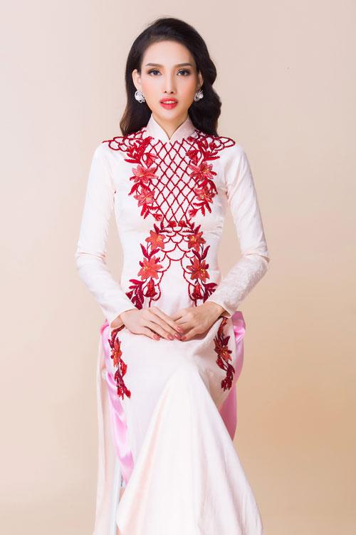 Cô dâu dáng người to lưu ý chọn chất liệu áo dài có độ co giãn nhẹ, đem lại cảm giác thoải mái nhưng tránh loại vải có bề mặt bóng.
