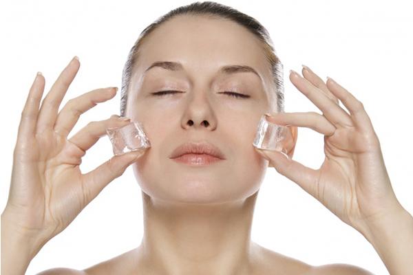 Lăn đá Dùng đá lăn lên mắt giúp giảm sưng, quầng thâm đồng thời làm săn chắc cơ, chống chảy xệ hiệu quả. Liệu pháp này có thể thực hiện mỗi ngày.