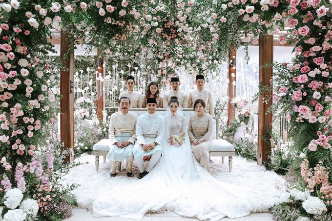 Chryseis Tan, thiên kim tiểu thư của người sáng lập tập đoàn Berjaya - Vincent Tan, và Faliq Nasimuddin, con trai của ông Tan Sri Nasimuddin Amin - người sáng lập tập đoàn tư nhân lớn nhất Malaysia, đã tổ chức hôn lễ vào ngày 3/2 vừa qua. Đám cưới được diễn ra tại The Chateau at Bukit Tinggi, một khu nghỉ dưỡng sang trọng bậc nhất Malaysia với sự tham gia của gia đình và bạn bè cô dâu, chú rể.