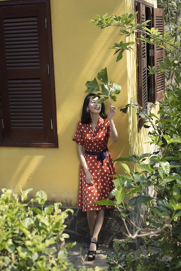 Chất liệu vải lụa mềm, chiffon thoáng mát với nhiều sắc màu bắt mắt được chọn lựa để mang đến các thiết kế váy ngắn nhẹ nhàng.