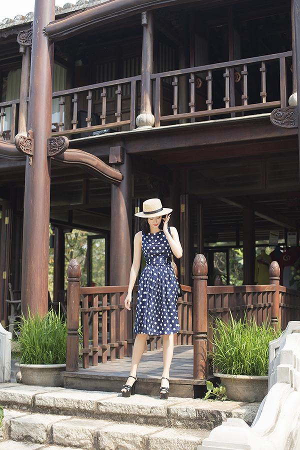 Những chi tiết mang đặc trưng của phong cách cổ điển như áo cổ lá sen, váy sơ mi, váy cổ sơ miđều được chắt lọc và trình bày một cách tinh tế trong các kiểu trang phục mới.
