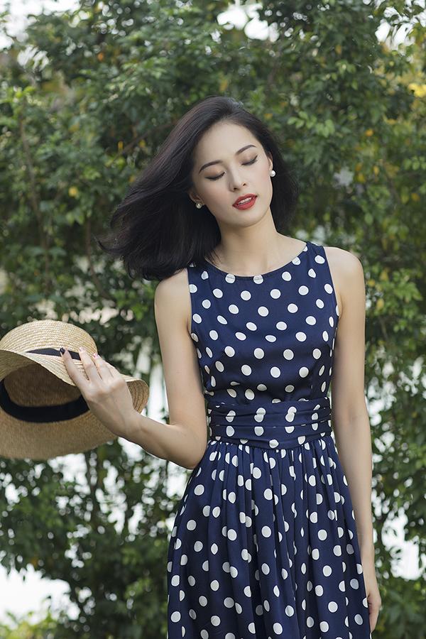 Các kiểu phụ kiện hợp không khí mùa hè và đồng điệu cùng phong cách vintage như túi cói, mũ nam, hoa tai ngọc trai cũng được chọn lựa để mix cùng các set đồ.