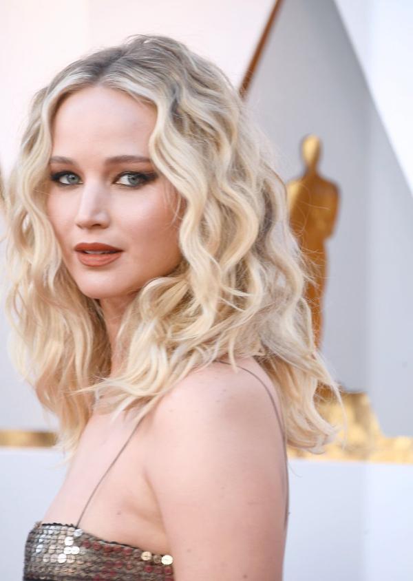 Đôi mắt xanh sâu thẳm làm tăng thêm vẻ quyến rũ của Jennifer Lawrence.