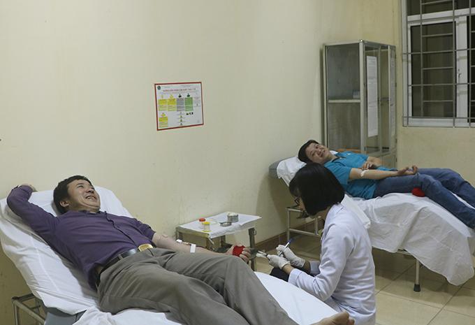 Thầy Hùng (áo tím) và anh Quân (áo xanh) làm xét nghiệm để hiến máu tại Bệnh viện Đa khoa Hà Tĩnh. Ảnh: Hùng Lê