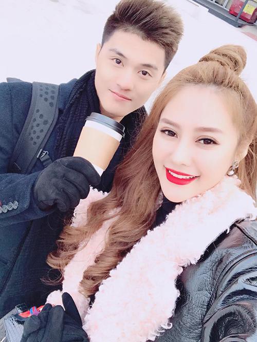 Linh Chi và Lâm Vinh Hải tiếp tục những ngày ở Hàn Quốc, liên tục chia sẻ nhiều hình ảnh thân thiết. Người đẹp viết: Âm mấy độ mà đi ra biển nói chẳng ai tin.Lạnh mấy thì lạnh nhưng về trên đây thấy tuyết là thấy thích rùi.Gió thổi muốn bay cả người.