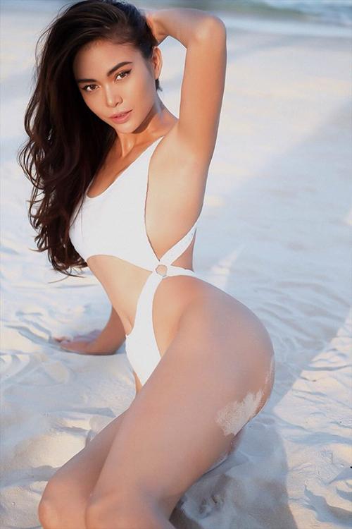 Không chỉ sở hữu thân hình chuẩn không cần chỉnh, Mâu Thuỷ còn thần thái đầy cuốn hút. Cô đăng bộ ảnh mặc bikini nhân ngày sinh nhật mình.