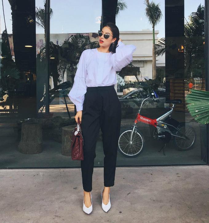 Phạm Hương kết hợp trang phục với hai màu tối giản đen - trắng để tôn lên chiếc túi Chanel cỡ lớn.