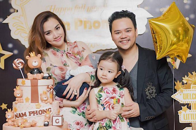 Suốt bữa tiệc, bé Nam Phong ngủ ngon lành trong vòng tay mẹ. Trong khi đó, cô bé Vani - con gái đầu lòng của vợ chồng Trang Nhung, lại tỏ ra rất thích thú.