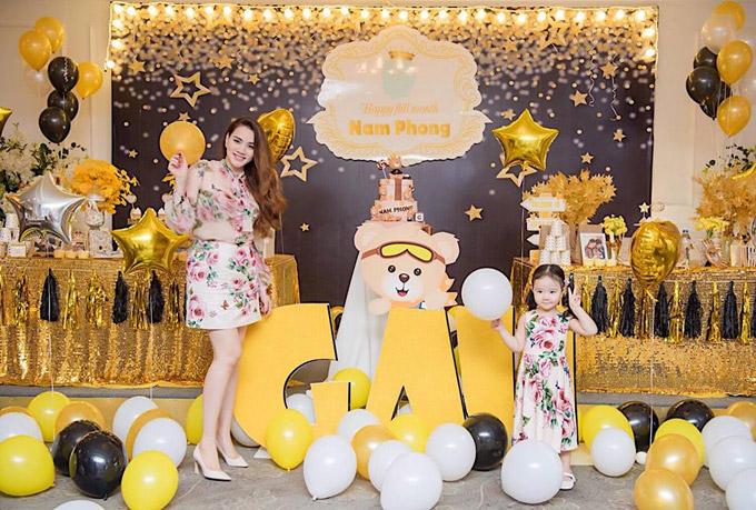 Nữ diễn viên còn mặc ton sur ton váy hoa với con gái. Mới sinh con thứ hai được một tháng nhưng cô đã nhanh chóng lấy lại vóc dáng thon thả.