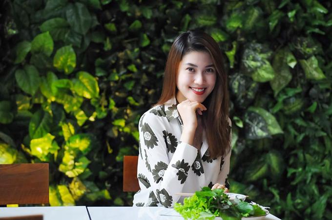 Đối với các bạn gái yêu vẻ đẹp nữ tính và nhẹ nhàng thì có thể lựa chọn áo in hoa giống của Trần Thu Hằng để chưng diện.