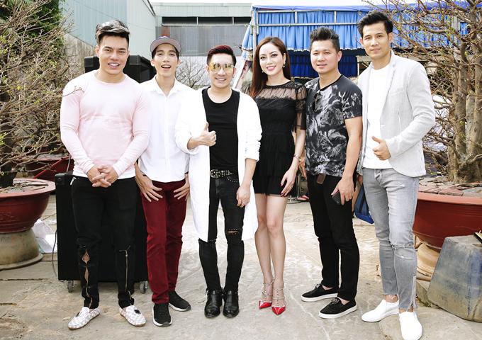 Những người bạn thân như diễn viên Lê Dương Bảo Lâm, ca sĩ Quang Hà, người mẫu Thanh Thức cũng đóng góp cùng vợ chồng Lâm Vũ đi trao quà từ thiện đầu năm mới.