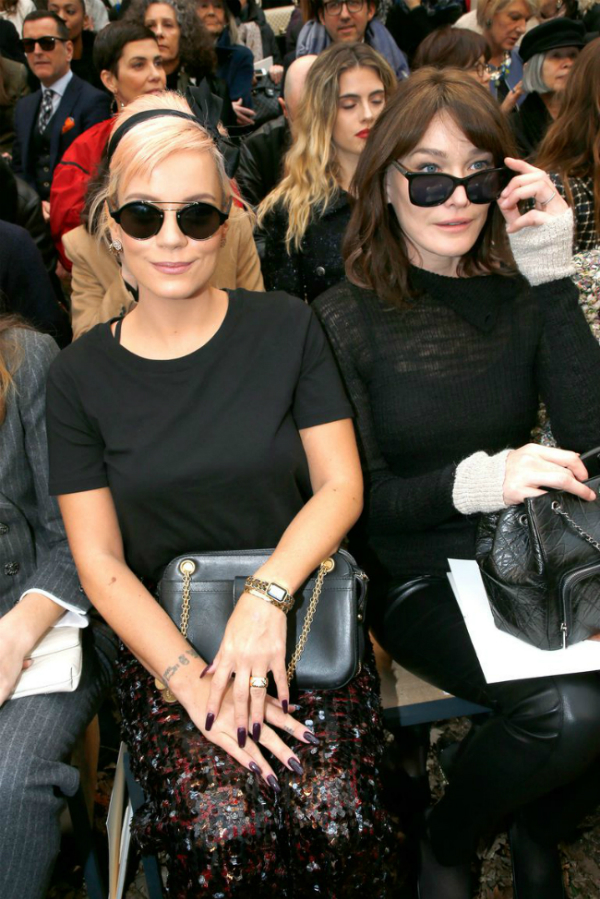 Lily Allen (bên trái) và Carla Bruni (bên phải) ngồi hàng ghế đầu tại show Chanel thu đông 2018.