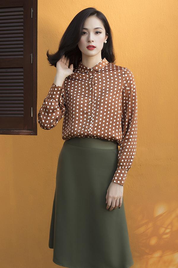 Phong cách dịu dàng của Hạ Vi lại là gợi ý thú vị cho các bạn gái yêu thích trang phục thuộc phong cách cổ điển với áo chấm bi đi cùng chân váy bút chì.
