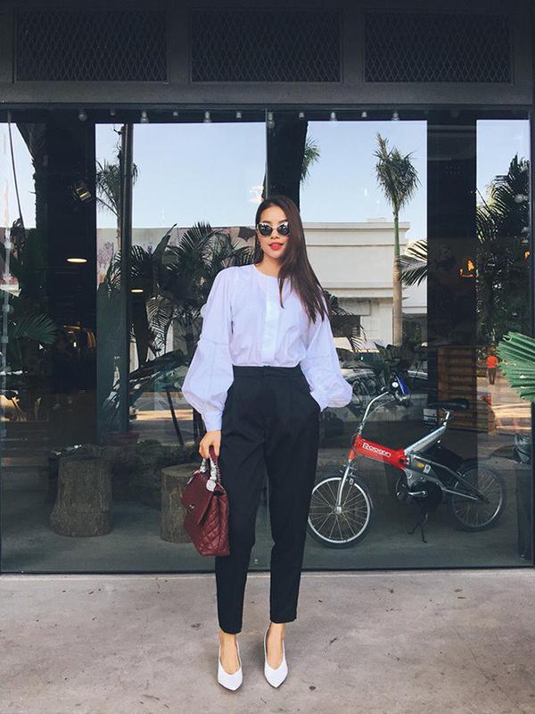 Phạm Hương là một trong những người đẹp thường xuyên sử dụng sơ mi trắng theo phong cách tối giản, ở mùa thời trang này cô làm mới hình ảnh với kiểu áo tay bồng điệu đà.