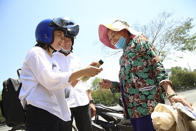 Quang Đăng, Thái Trinh chở nhau bằng xe máy đi tặng quà 8/3 cho phụ nữ nghèo - 11