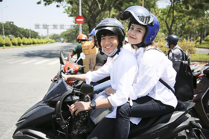 Quang Đăng, Thái Trinh chở nhau bằng xe máy đi tặng quà 8/3 cho phụ nữ nghèo - 2