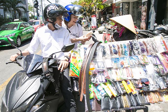 Quang Đăng, Thái Trinh chở nhau bằng xe máy đi tặng quà 8/3 cho phụ nữ nghèo - 5