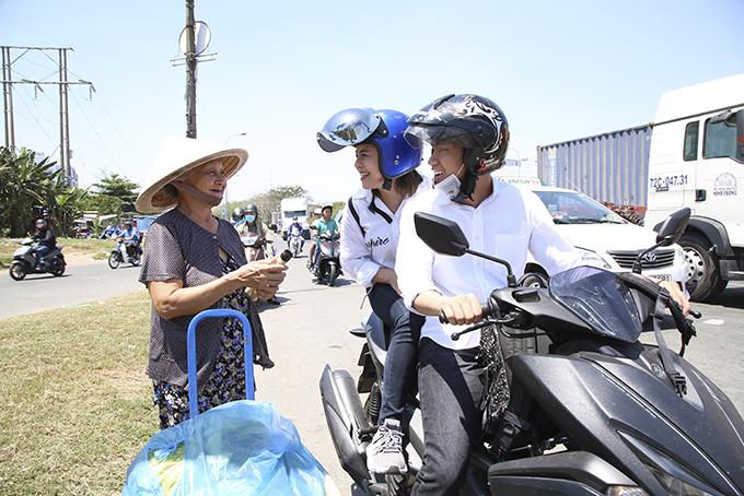 Quang Đăng, Thái Trinh chở nhau bằng xe máy đi tặng quà 8/3 cho phụ nữ nghèo - 7