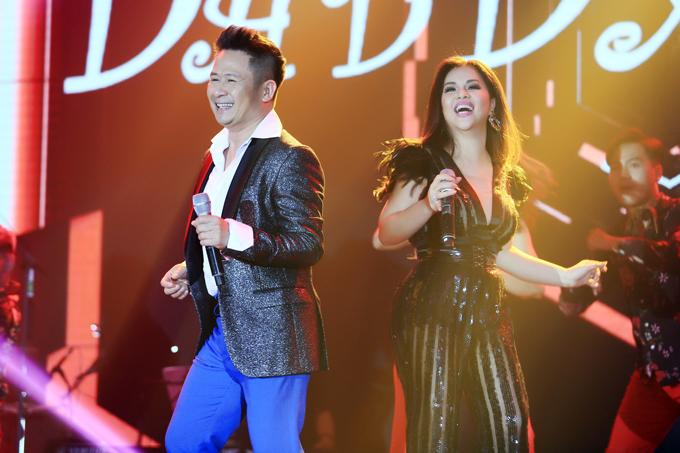 Bằng Kiều khiến không khí đêm nhạc trở nên sôi động khi nhảy disco phụ họa cho Minh Tuyết.