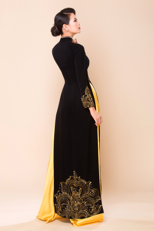 Áo dài dành cho mẹ cô dâu, chú rể đa phần có phom dáng cổ điển, chỉ cách điệu ở phần cổ áo (cổ cao 3 phân hay cổ tròn, cổ trái tim) và tay áo (tay suông dài, tay loe hoặc tay lỡ).