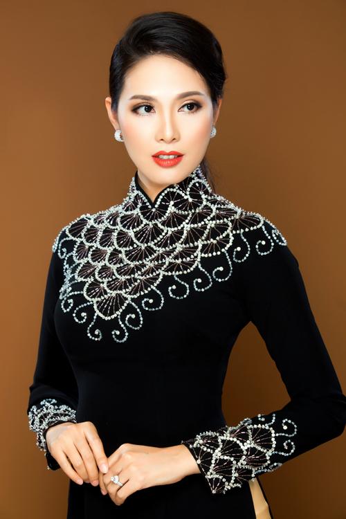 Hoa văn trên áo dài nhung phổ kiểu là kiểu kết cườm nổi 3D hoặc vẽ nhũ bắt sáng. Những kiểu áo tạo điểm nhấn vào phần thân trên sẽ tạo phong cách sang trọng cho người mặc.