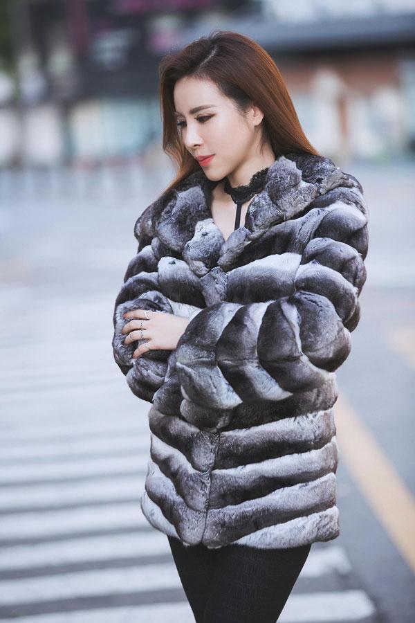Hoa hậu Hoàng Dung diện cây hàng hiệu tạo dáng trên đường phố Hàn - 3
