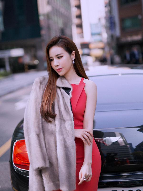 Hoa hậu Hoàng Dung diện cây hàng hiệu tạo dáng trên đường phố Hàn