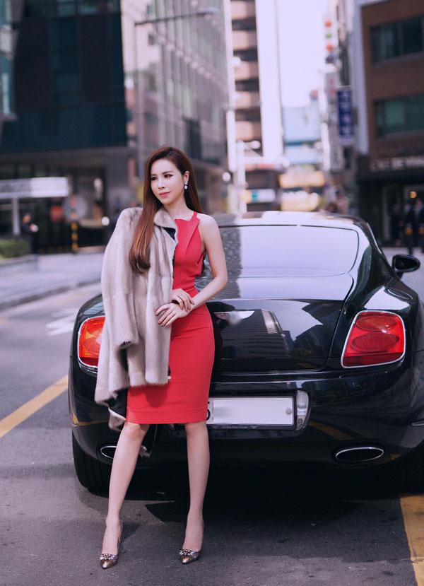 Hoa hậu Hoàng Dung diện cây hàng hiệu tạo dáng trên đường phố Hàn - 1