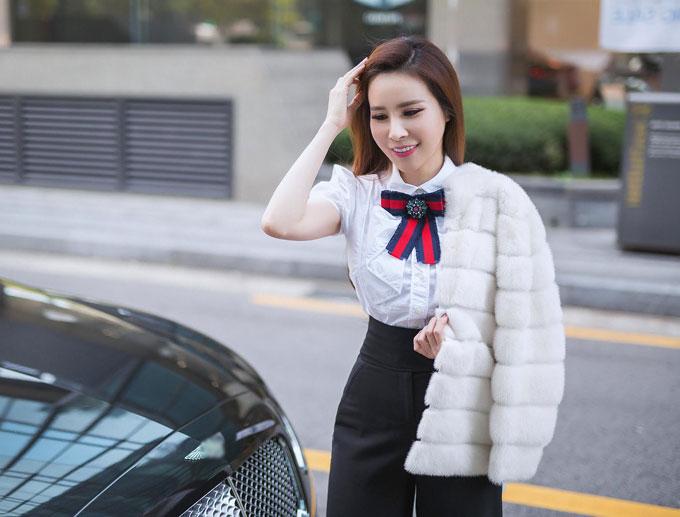 Hoa hậu Hoàng Dung diện cây hàng hiệu tạo dáng trên đường phố Hàn - 5
