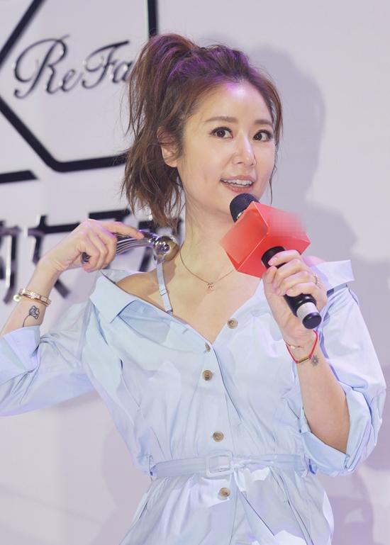 Lâm Tâm Như tham dự buổi giới thiệu sản phẩm mới của một thương hiệu chuyên chăm sóc da hôm 7/3. Ngôi sao Hoa ngữ cột tóc cao, trang phục gợi cảm, trẻ trung,