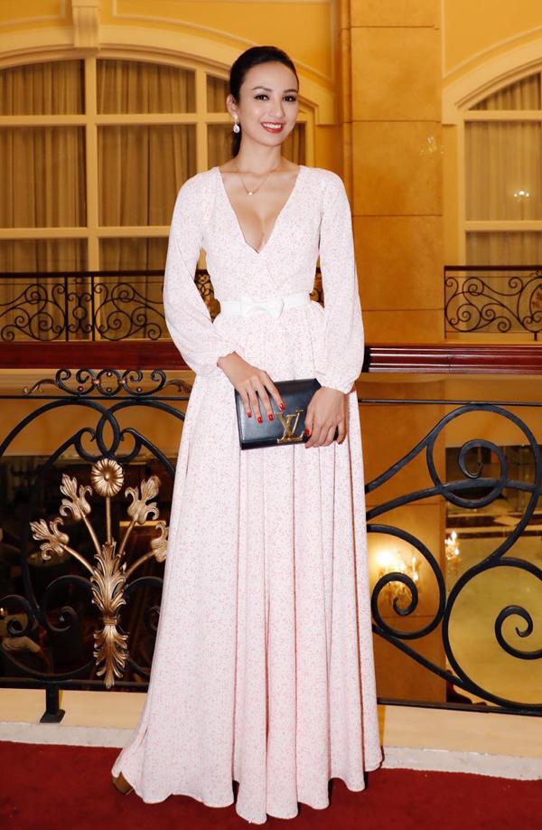 Hoa hậu Du lịch Ngọc Diễm cũng gây chú ý với trang phục xẻ cổ sâu, lộ ngực đầy sexy.