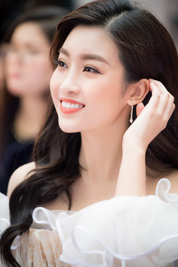 Mỹ Linh diện váy của nhà thiết kế Chung Thanh Phong, khoe nhan sắc xinh tươi, rạng ngời.