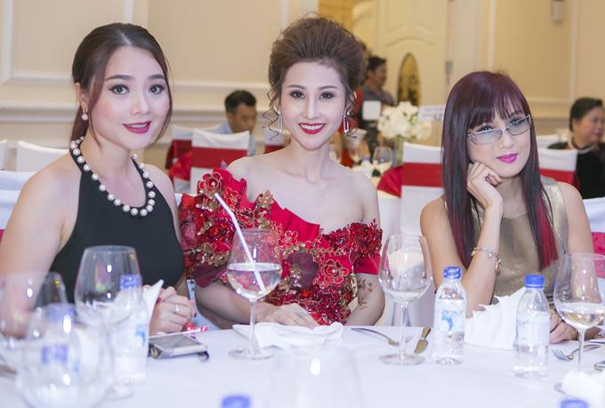 Quý bà Hoàng Thị Yến ngồi cùng bàn tiệc với Á khôi Chi Nguyễn và diễn viên Hiền Mai.