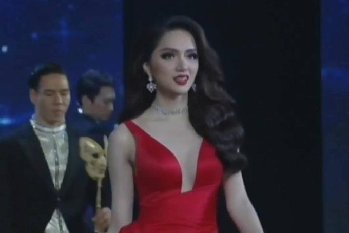 Hương Giang quyến rũ trong bộ đầm đỏ. Cô uyển chuyển catwalk như một người mẫu chuyên nghiệp.