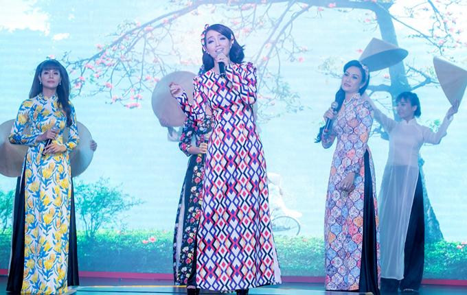 Mai Thu Huyền cùng các thành viên nhóm ca An Nhiên khoe giọng hát trong sự kiện.
